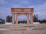 Die Erinnerungskultur an den Sklavenhandel in Quidah ist sehr lebendig und wird durch künstlerische Gestaltungen geprägt. Hier der Torbogen, der den Küstenstreifen am Atlantik, von dem aus die Sklaven verschifft wurden, mit der Stadt Quidah verbindet.