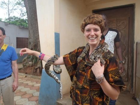 Nina Paarmann im Tempel der heiligen Pythons in Quidah/ Benin 2015 I Foto : Bea Lundt